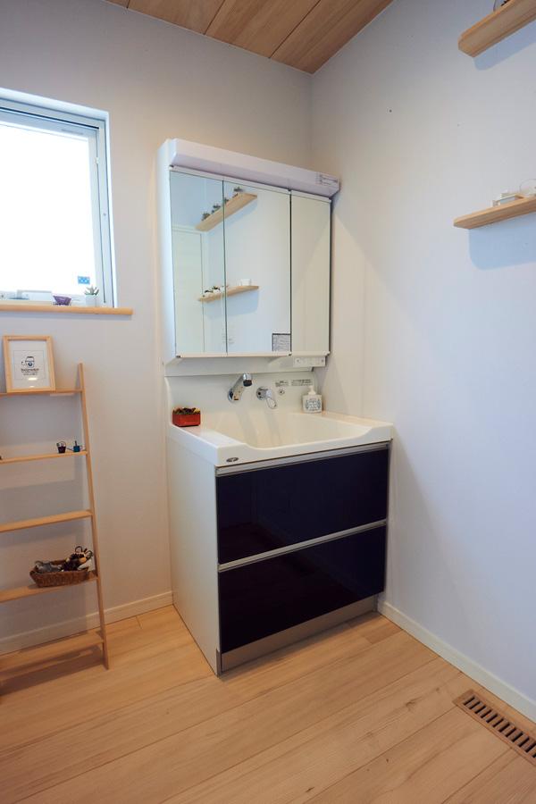 白壁ともみの木で見た目だけでなく空気も清潔な洗面脱衣室