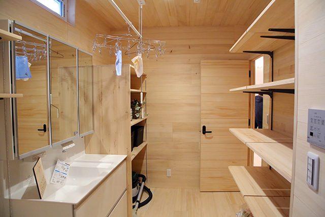 洗面脱衣室 - もみの木を内装材から建具まで使用した事務所兼住宅モデル