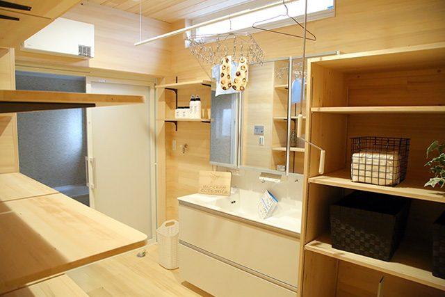 洗面所 - もみの木を内装材から建具まで使用した事務所兼住宅モデル