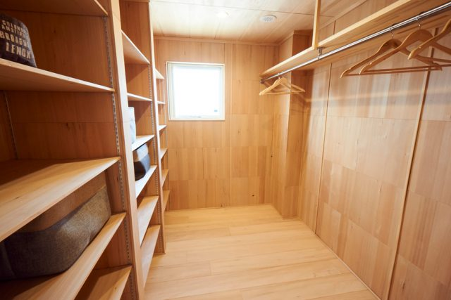 寝室横のウォークインクローゼットは5畳ほどもある広々空間