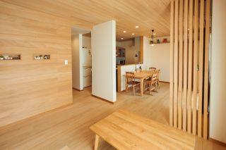 玄関から入るとリビング・ダイニング・キッチンが一体になった明るい空間