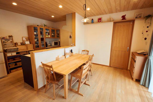対面型のキッチンで料理をしながら会話もできるダイニング