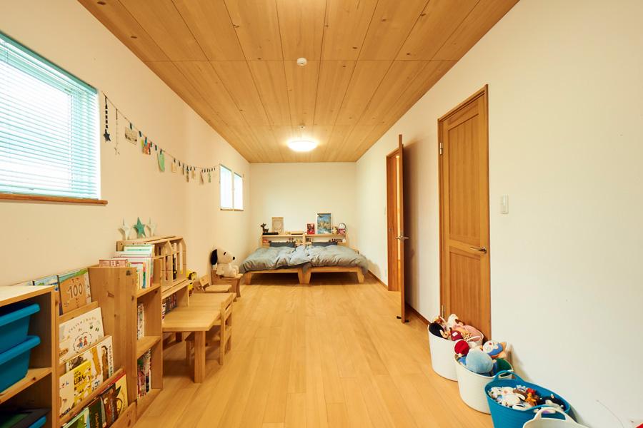 床と天井にもみの木を使用した13.5畳の子ども部屋