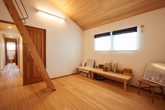 ロフト付きの主寝室は夫婦それぞれの趣味を楽しめるスペース